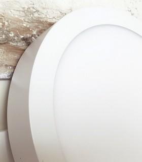 Plafón de superficie led de 18 watios circular, blanco, con 1480 lúmenes y color de luz cálida 3000K. Detalle vista lateral.