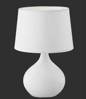 Lámpara de mesa cerámica rayada con pantalla blanca.