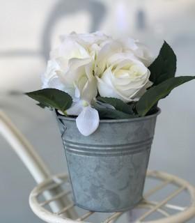 Maceta de metal pequeña con rosas blancas