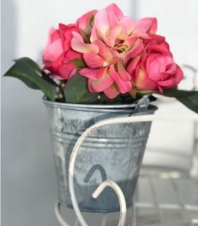 Maceta de metal pequeña con rosas