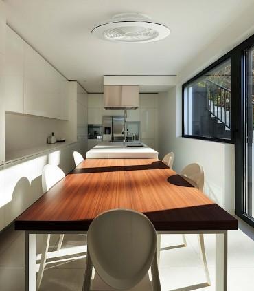 Ventilador de techo Alisio Mantra blanco DC con Mando 6705 Instalado sobre mesa.