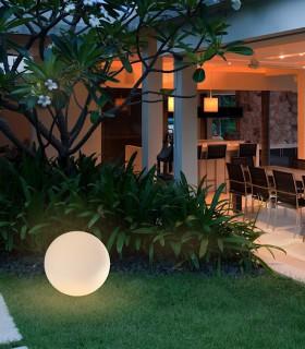 Lámpara Bola Grande Exterior Blanca Avoriaz IP65 ø50cm E27 1394 Mantra, imagen de ambiente