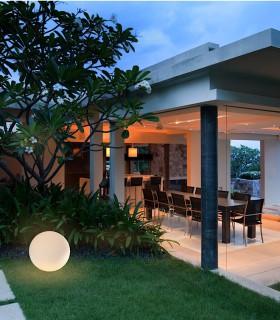 Lámpara Bola Exterior Blanca Avoriaz IP65 ø40cm E27 1391 Mantra, imagen de ambiente