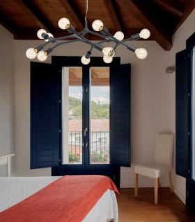 Imagen de ambiente en techo de madera. Lámpara Bocadella 12 Luces Negro 98347